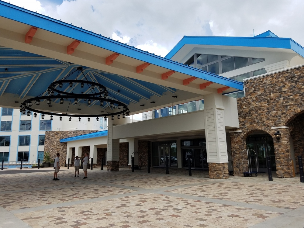 The porte cochere of Loews Sapphire Falls Resort. If you choose valet parking, the valets will help you with your luggage and park your car.
