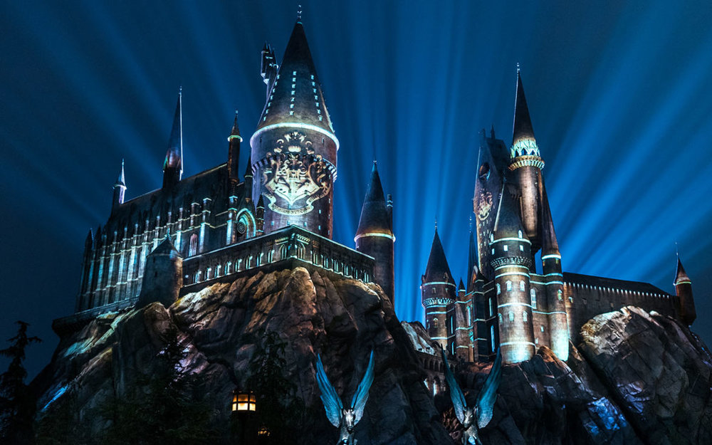 Nighttime-Lights-at-Hogwarts-Castle-in-The-Wizarding-World-of-Harry-Potter.jpg
