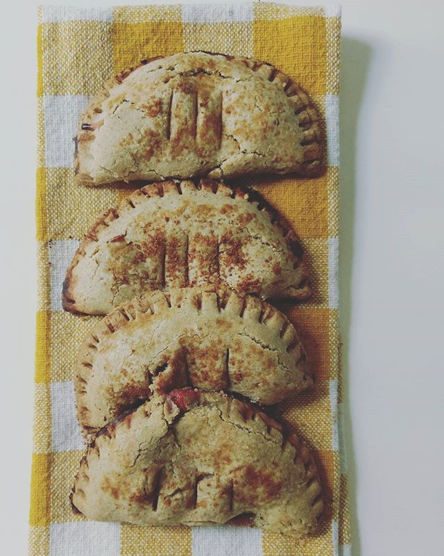 I think some people thought the first day of summer was on Wednesday but actually it wasn't official until these little hand pies got stuffed with peaches and blackberries and bits of basil.  Thank you sun for being out long enough for these fruits and herbs to grow! Worth all the sweating-before-7am-days ☀ 🌿 And thanks @mountainmeadowsfarm for the biggest, juiciest blackberries of my life.