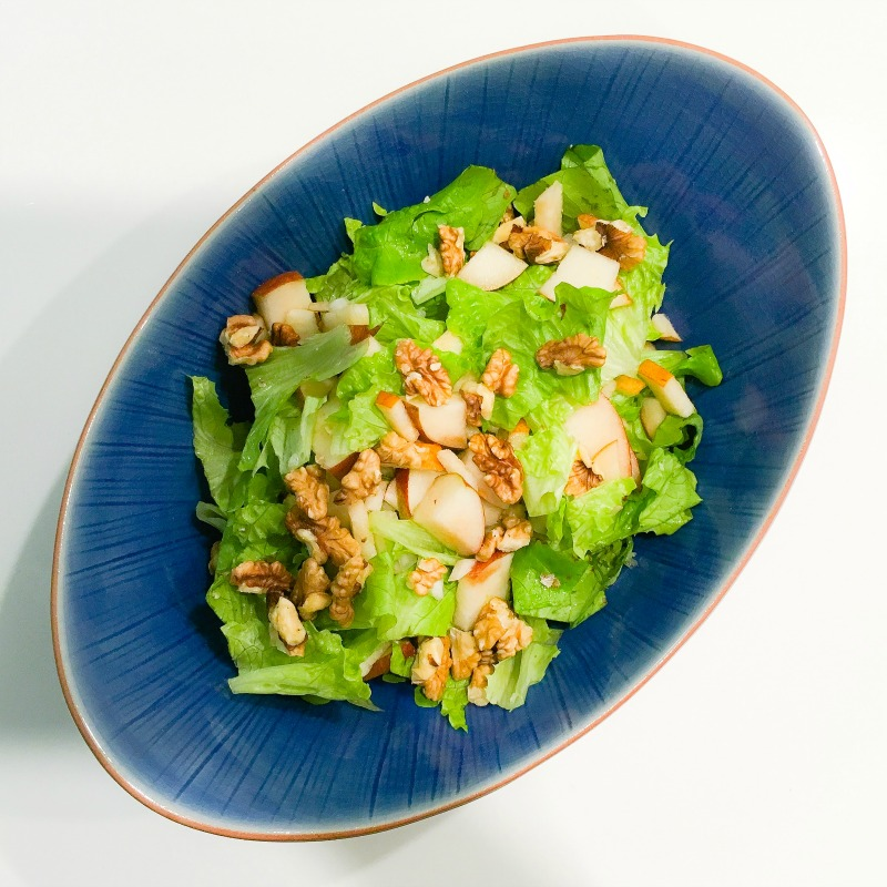 So simple, so delicious! Pear and walnut salad.