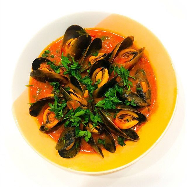 My Mussels in Tomato Chilli and Garlic are healthy, delicious and simple to prepare. Mussels are nutritional powerhouses, rich in vitamin B12, and omega-3 essential fatty acids. If you have never cooked mussels at home, don't be intimidated. It's super easy and I have included a how-to video. Link to recipe in profile. #recipes #recipe #healthyrecipes #healthyrecipe #mussels #musselrecipe #seafood #pescatarian #pescatarianrecipes #homemade #realfood #delicious #nutritious #nutrition #nutritionist #nutritionistsydney #sydneynutritionist #culinarynutrition #culinarynutritionist #foodismedicine #foodasmedicine