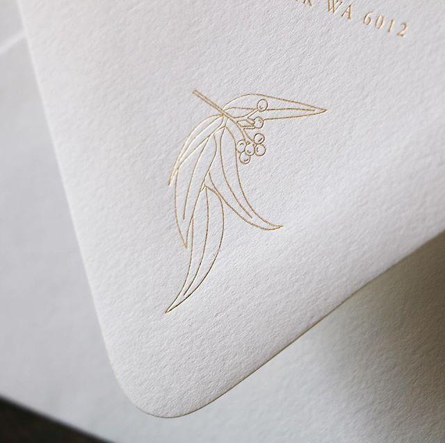 Custom illustration in gold foil on envelope closure   image @biancatuzee