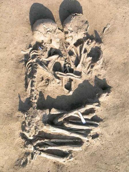 """Imagen 3. Entierro """"Los amantes de Valdaro"""" en Italia, excavado en año 2007 (Fuente: http://haraldwartooth.es/)."""
