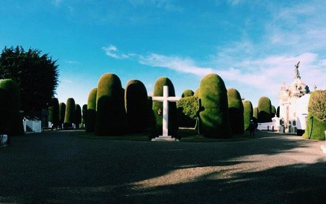 El Cementerio municipal Sara Braun de Punta Arenas ha sido considerado innumerables veces como uno de los cementerios mas bonitos del mundo. El año 2015 un reconocido medio español realizo un ranking de los 10 cementerios más lindos del mundo, otorgando al representante de nuestro país el 1er lugar 🏅  Para aquellos que visiten esta hermosa ciudad, ya saben que existe un destino imperdible.  Colabora: @annasofiadlm  #mira #opina #comparte #muerte #death #cementerio #cementery
