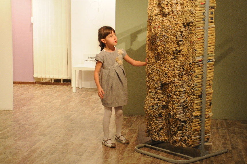 Информационное ложе. Инсталляция, газеты, металл. 2012