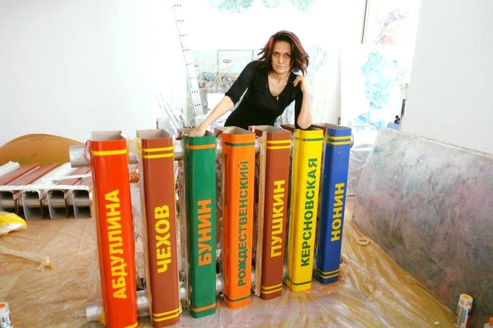 Марина Звягинцева около фрагмента инсталляции в своей мастерской