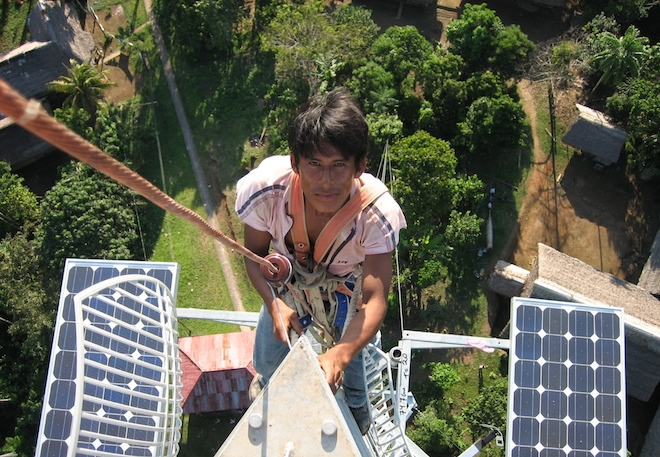 Installation of an antenna in Napo, Iquitos (March 2007), some rights reserved.