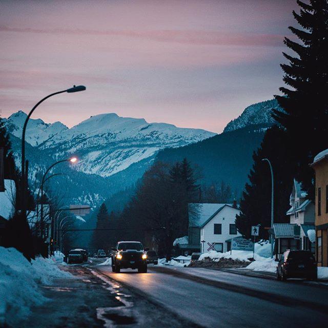 Revelstoke sunsets 🌗🇨🇦 . . @sonyalpha . . #revelstoke #sonyalpha #sonya7sii #canada #beautifulbc #britishcolumbia #revelstoke