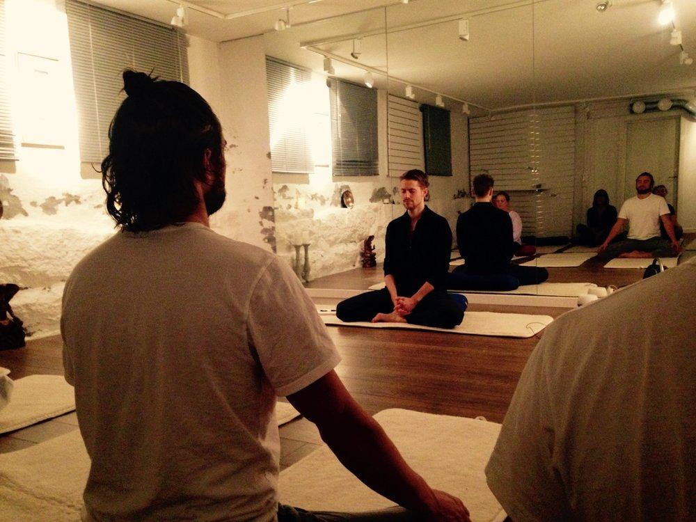 Yoga og mindfulness med psykolog og yoga- og meditasjonslærer Gunnar Gjermundsen / Plantebasert måltid fra økologiske Jøndal Gård