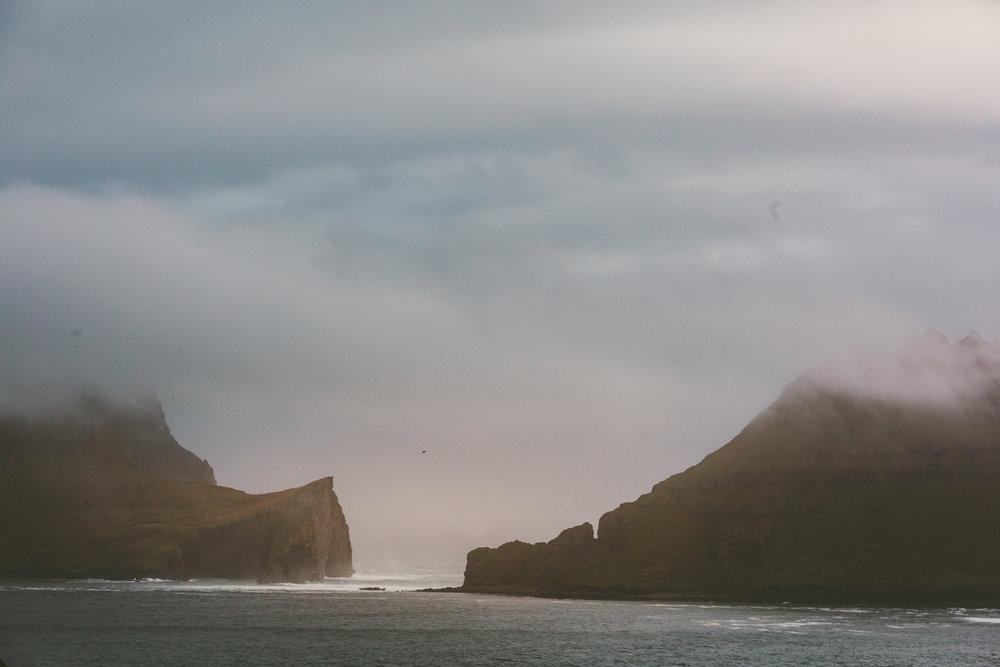 Färöarna i september, med dramatisk Atlant-dimma som sveper över öarna och skapar de mest fantastiska fotoeffekterna. Sigma 70-200 f/2.8. 137mm. 1/1250sek, f/9, iso1000.