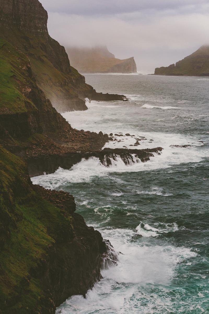 En dramatisk kustlinje på Vagar, Färöarna där klippornas form skapar en linje och leder betraktaren in i bilden.Sigma 70-200 f/2.8, 70mm. 1/1250 sek, f/8, iso1000.