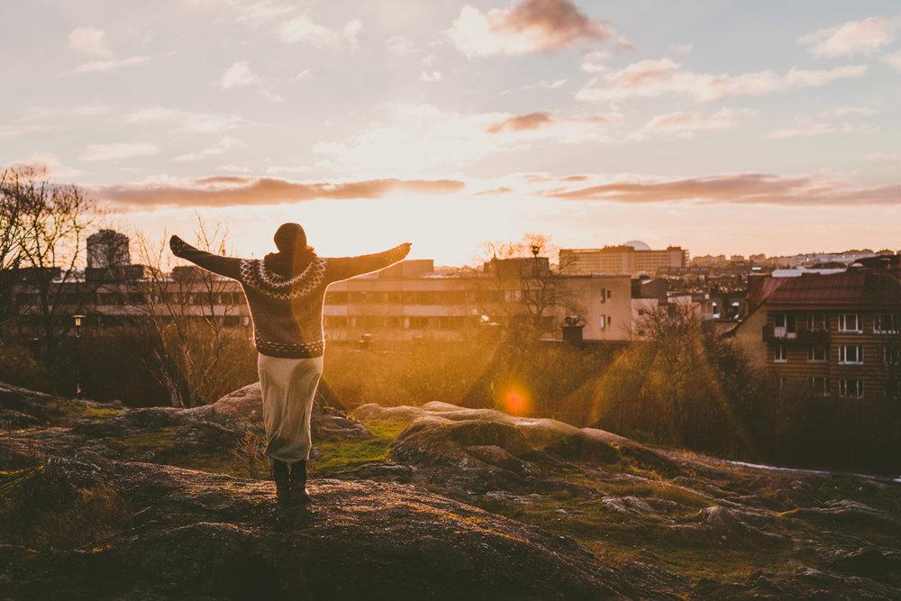 Foto tagit med stativ och självutlösare under soluppgång över Stockholm från Skinnarviksberget på Södermalm. Här har jag ställt in kameran manuellt och fokuserat på den plätt jag ska ståpå med autofokus.Sedan har jag ändrat till manuell fokus för att fokus inte ska ändras när jag sedan använder min självutlösare. Anledningen är att det kan få svårt att fokusera i starkt motljus. Du ställer oftast om från autofocus till manuell med en enkel knapptryckning på objektivet. Inställningar:1/640 sek, f/2.8, iso 100 (Sigma 50 mm Art)