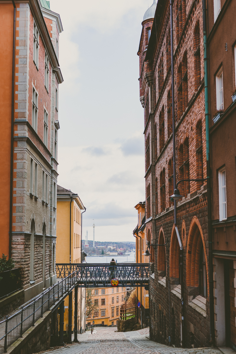 Fotat från Bastugatan, Södermalm med utsikt över Gröna Lund.  Här tog den som var med mig på promenaden fotot.    Inställningar:1/400 sek, f/2.0, iso 100,Sigma 50 mm f/1.4 Art