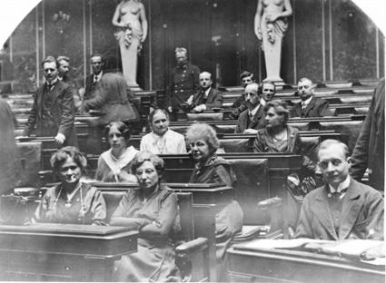 Erste Sitzung der Konstituierenden Nationalversammlung Die weiblichen Abgeordneten der sozialdemokratischen Partei © ÖNB / Wien / 436697B