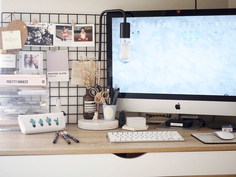 Room decor ideas using photo prints - Desk Inspo