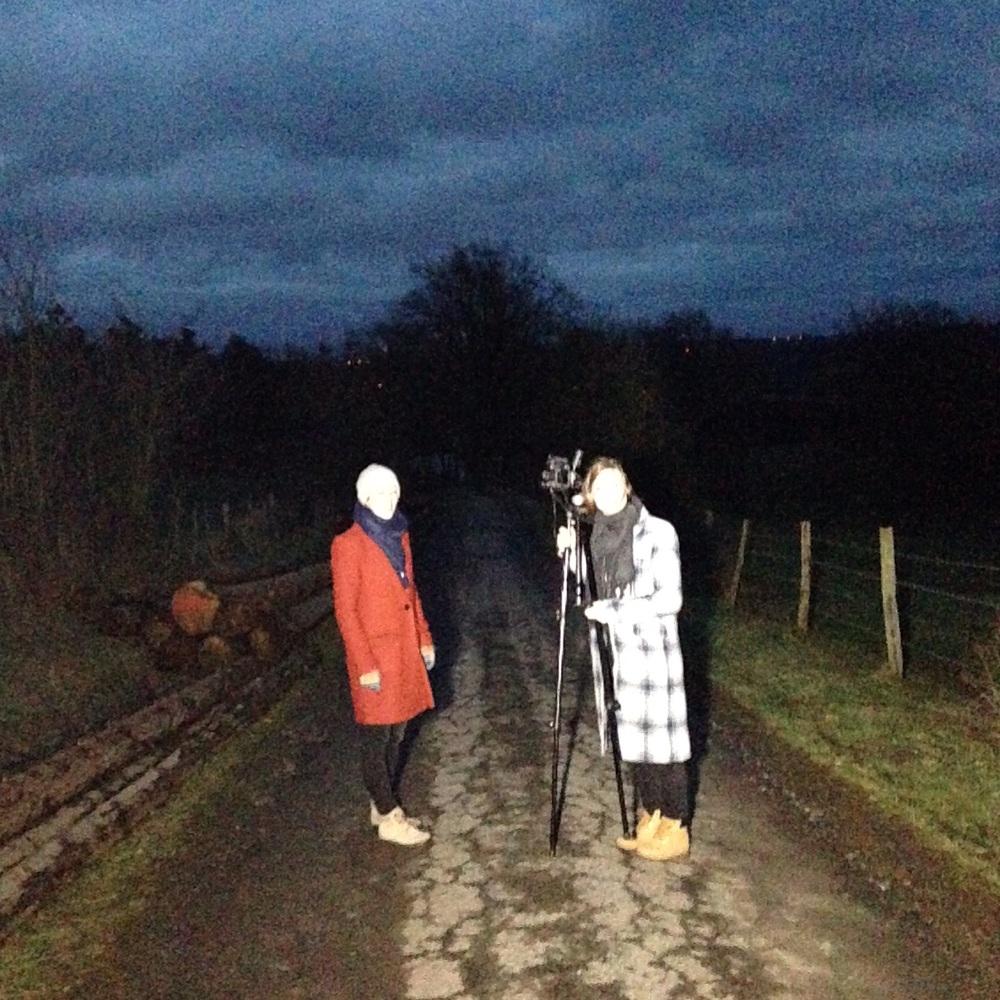 Photographing in the dark. Helping out @rinskeformer with @tessa.van.rijn #deerinheadlights #lekkershinen #ardennen #assisting #dark #latergram
