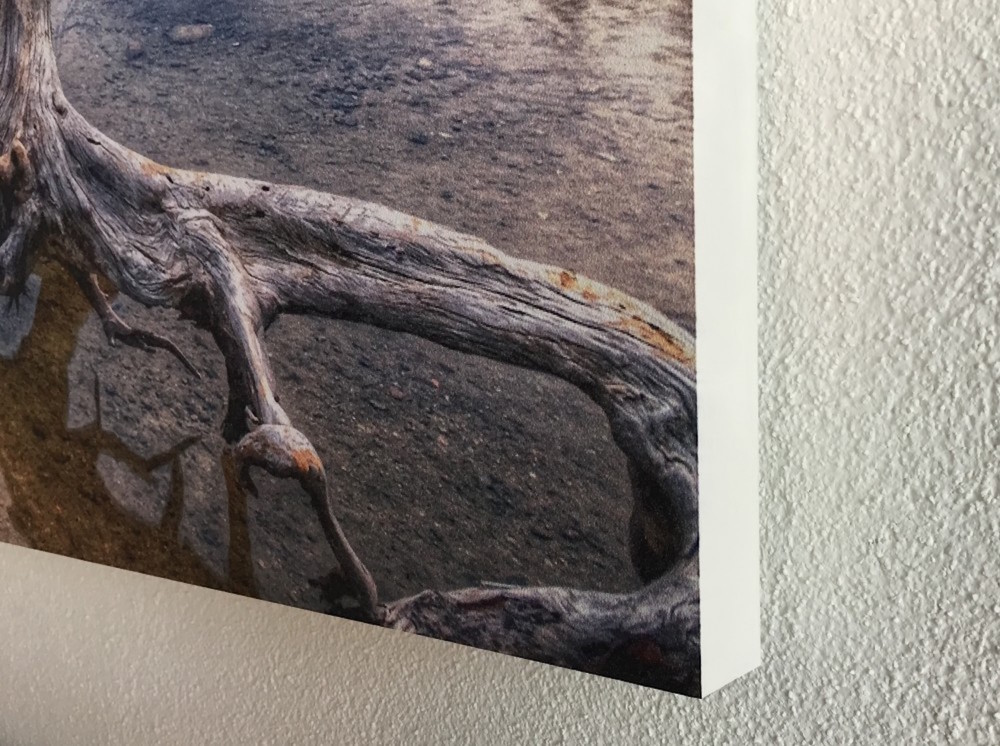 Kopie von Detailansicht Akustikbild. «Leinwandeffekt» dank Rahmenloser Produktion.
