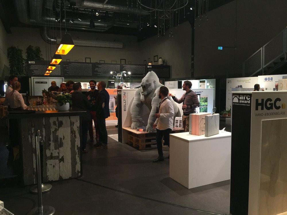 Ein volles Foyer zum Auftakt des Arc Awards.. Der Gorilla ist wird bestaunt.