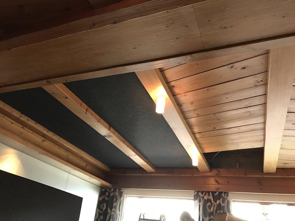 Akustikdecke Restaurant Roggerli - die bestehenden Holztäfer werden demontiert und durch die Akustikpanels ersetzt