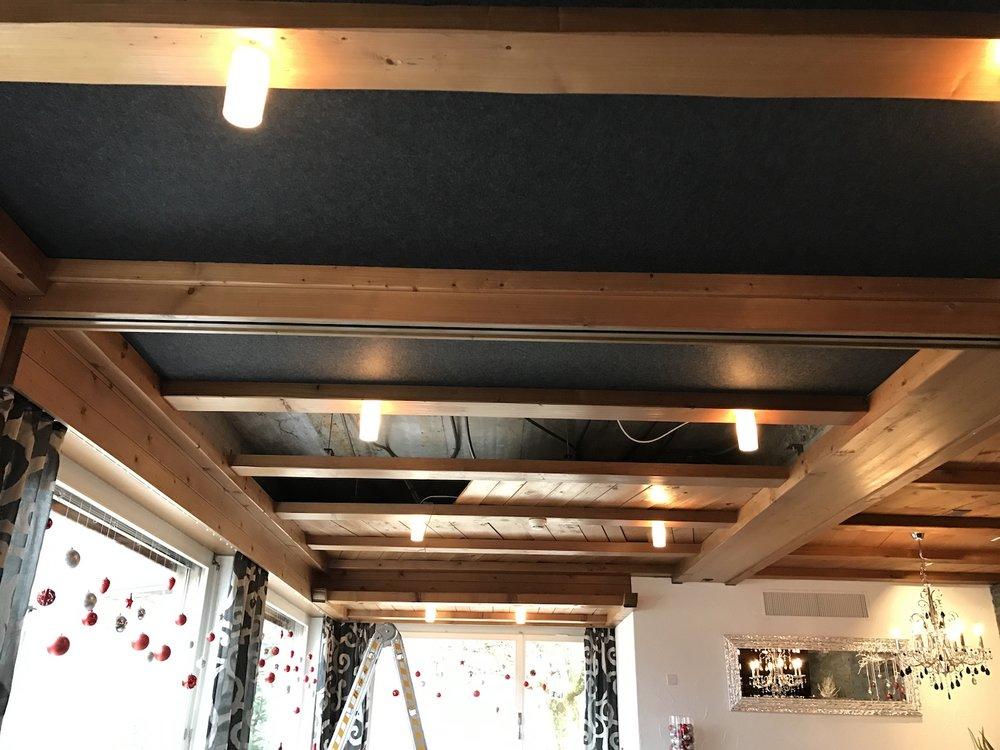 Akustikdecke Restaurant Roggerli - Die neuen anthrazitfarbenen Panels harmonieren hervorragend mit den hellen Holzbalken