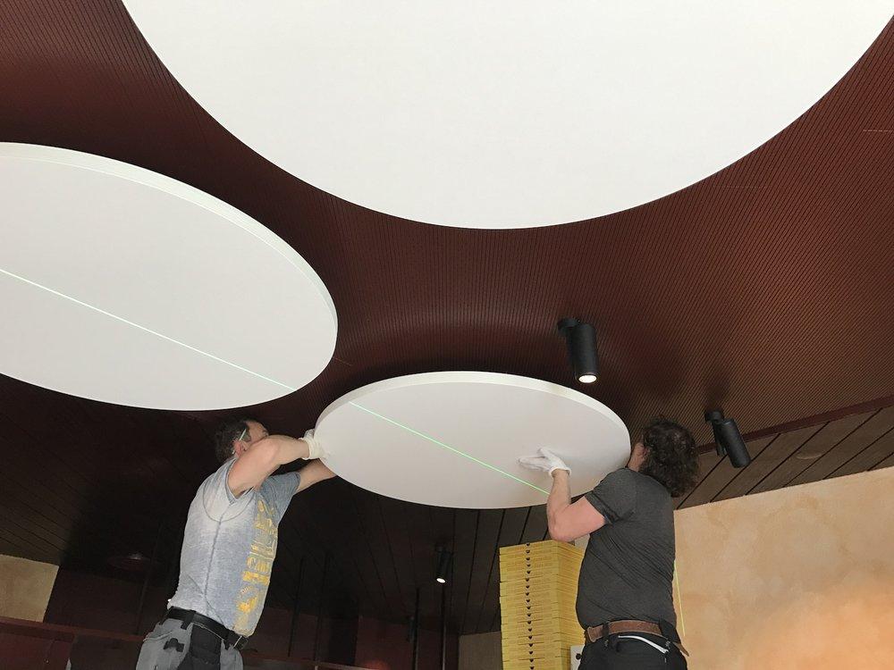 Das Montageteam während der Installation der Akustik-Deckensegel