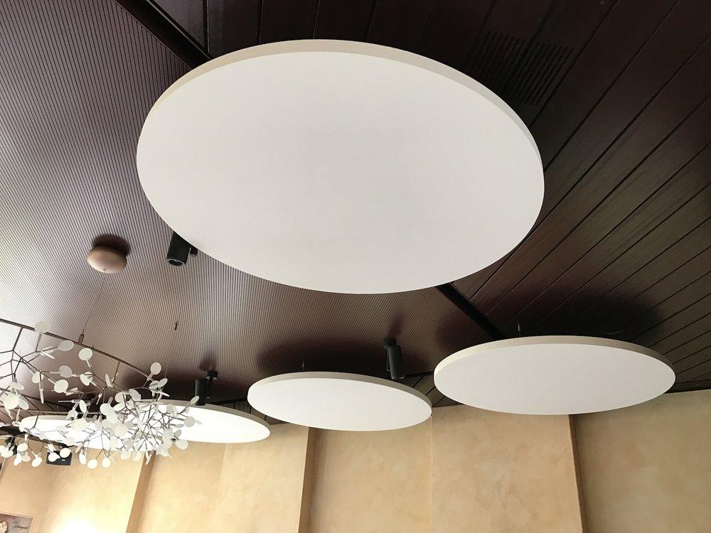 Ecophon Solo Akustik-Deckensegel im Restaurant
