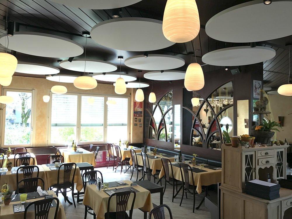 Optimale Raumakustik im Restaurant Hofmatt mit Ecophon Solo Deckensegel