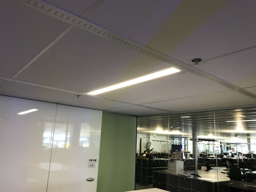 Akustikdecke mit dimmbarer LED Beleuchtung