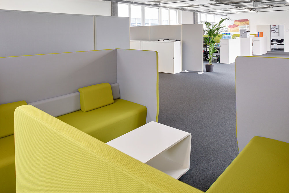 Loungebereich mit Belltons Akustik-Deckensegel im Hintergrund