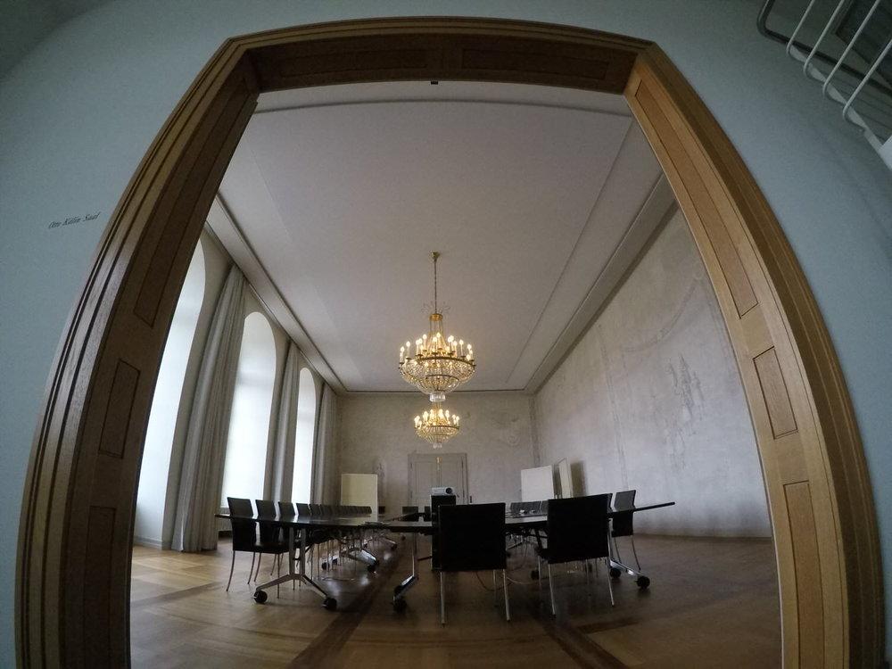 Impressionen des Otto Kälin Saals mit der neuen Akustik-Spanndecke der Bellton AG