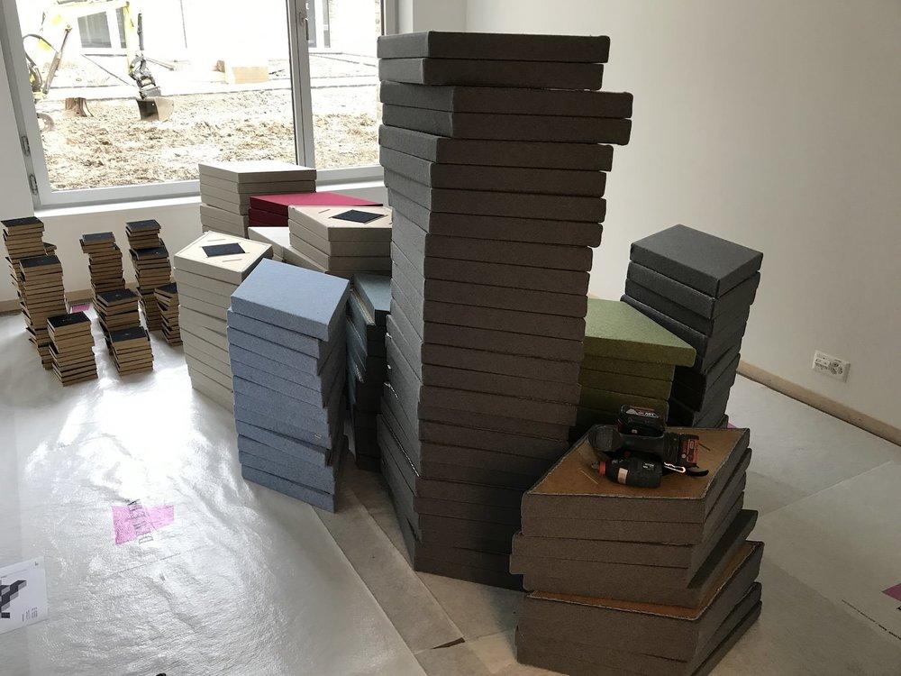 Die Bellton bei der Arbeit: Montage von 187 Wandabsorber ZilenZio Fazett