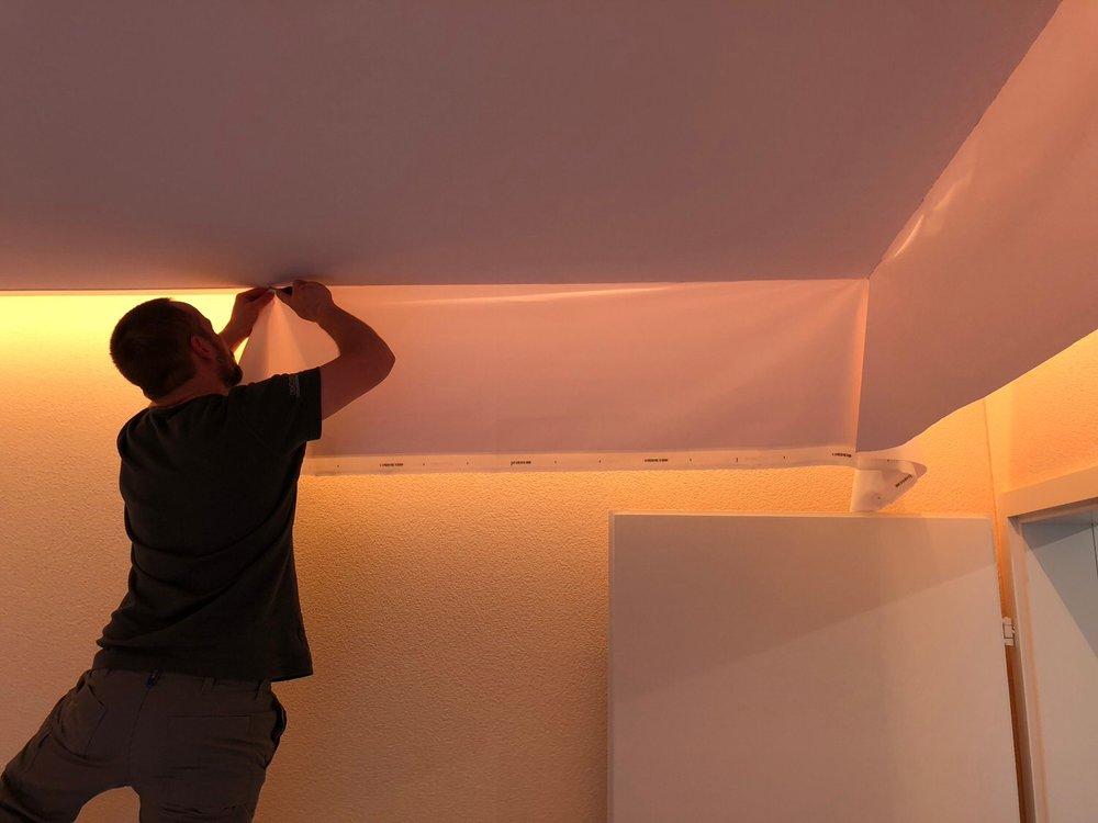 Montage einer Akustik-Spanndecke im Wohnbereich