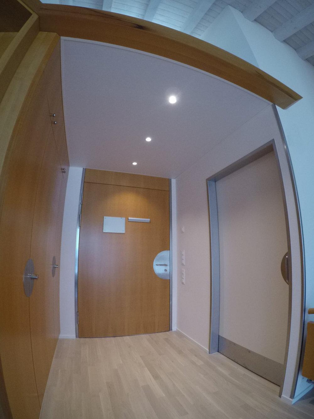 Akustikdecke im Eingangsbereich einer Wohnung des Seniorenzentrums Zwyden