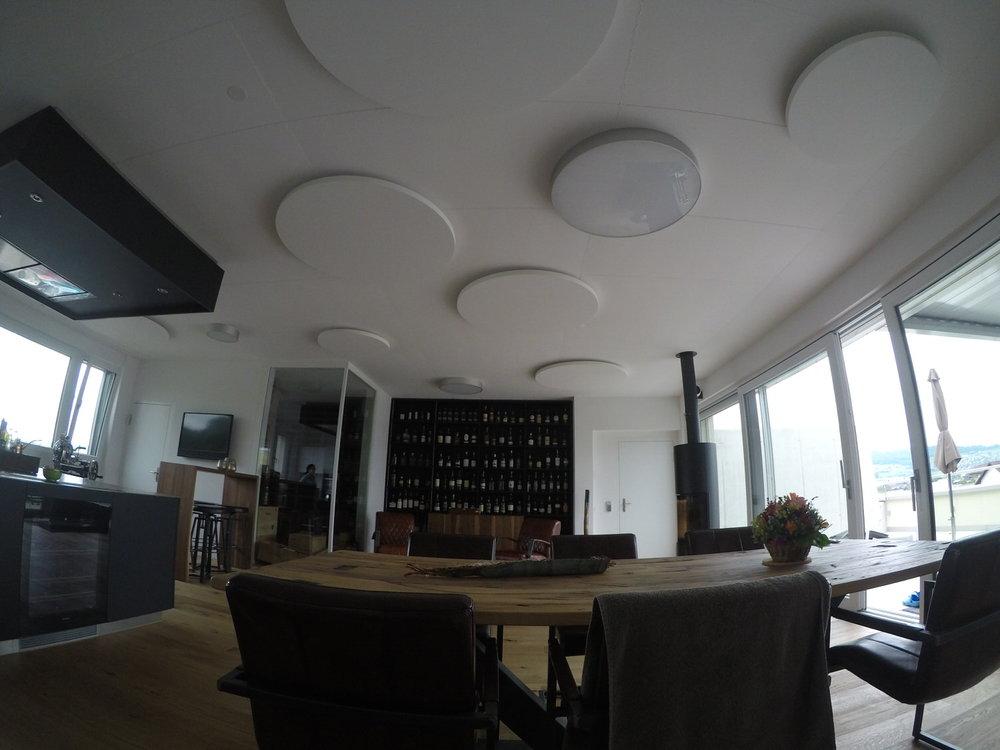 Runde Deckensegel von Ecophon im Wohnbereich