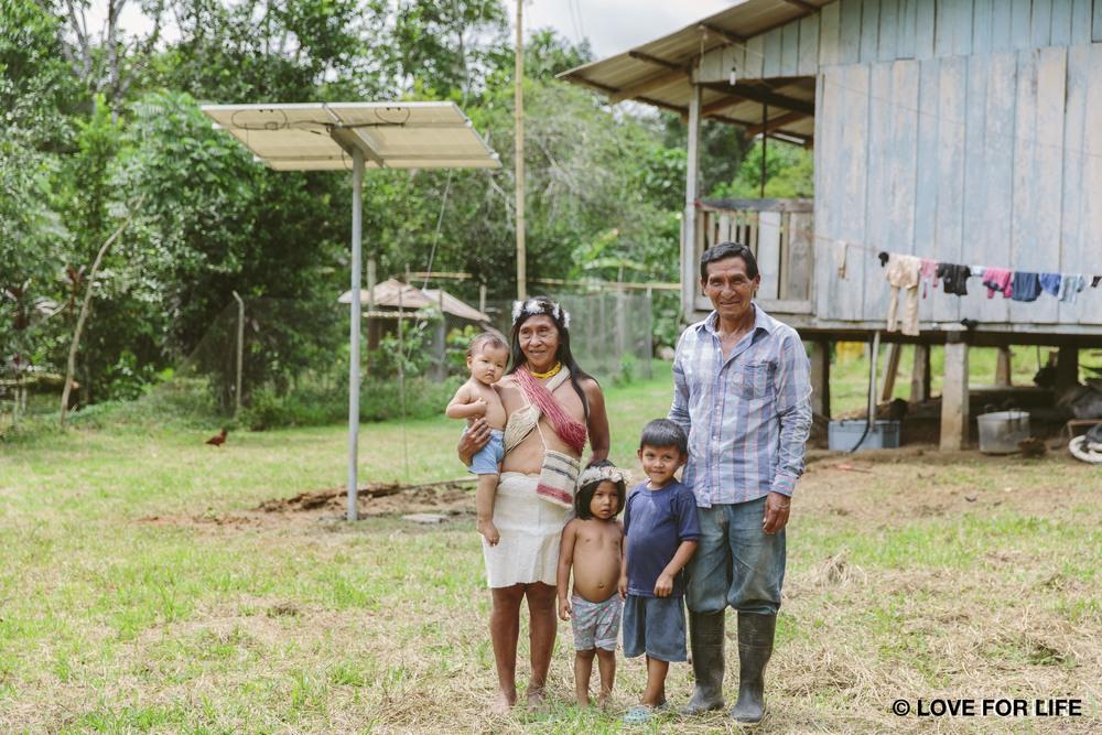 """Eine Waorani-Familie vor ihrer neu installierten Solaranlage, die ihnen zum ersten Mal überhaupt Strom im Amazonas liefert und damit nicht nur Licht ermöglicht, sondern ein unabhängiges und selbstbestimmtes Leben, wie sie es sich wünschen und es ihr Recht ist.     Normal   0       21       false   false   false     DE   X-NONE   X-NONE                                                                                                                                                                                                                                                                                                                                                                                                                                                                                                                                                                                                                                                                                                                                                                                                                                                            /* Style Definitions */  table.MsoNormalTable {mso-style-name:""""Normale Tabelle""""; mso-tstyle-rowband-size:0; mso-tstyle-colband-size:0; mso-style-noshow:yes; mso-style-priority:99; mso-style-parent:""""""""; mso-padding-alt:0cm 5.4pt 0cm 5.4pt; mso-para-margin:0cm; mso-para-margin-bottom:.0001pt; mso-pagination:widow-orphan; font-size:10.0pt; font-family:""""Times New Roman"""",serif;}"""