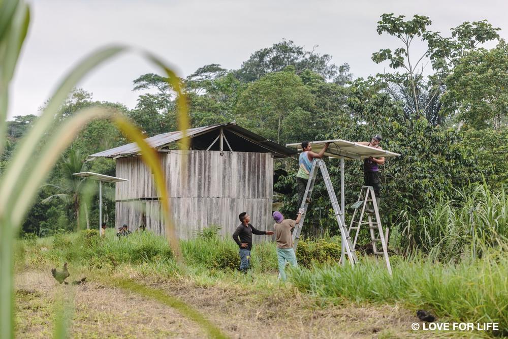 Solarprojekt IMAGINE LIGHT_Installation der Solaranlagen in der Cofán-Gemeinde Bavoroe im Amazonas.jpg