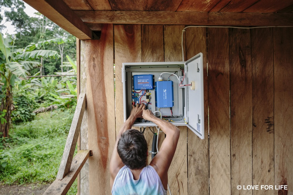 Solarprojekt IMAGINE LIGHT_Schaltschrank des Solarsystems in der Cofán-Gemeinde Bavoroe im Amazonas.jpg