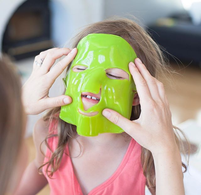 Gotta start them young on their skincare habits... obviously, I'm totally kidding... G just had to try out this crazy looking yet incredible green tea water bomb mask by #100percentpure while we were shooting content for @thegreenkiss.  I can't have all the fun😉