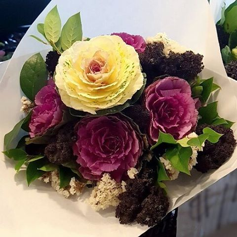 #armstrongtravels | We spotted this beautiful ornamental #kale bouquet 💐 at @pikeplacepublicmarket in #Seattle! While you can eat ornamental kale (aka flowering kale), they are much tougher and more bitter than the kind you find in grocery stores and are generally used for garnishes. They love cold weather and often form tight rosettes or have deeply crinkled leaves that range in color from white to pink to purple and even blue! × #produce #producedepartment #washingtonstate #washington #pikeplacemarket #pikeplace #bouquet #bouquets #ornamentalkale #floweringkale #northwest #hawaii #luckywelivehawaii #foodphoto #foodart #foodphotography #flowers #winter #fall #vegan #vegetarian #pikeplaceholidays #holidays #travel #greenmarket #farmersmarket #openmarket