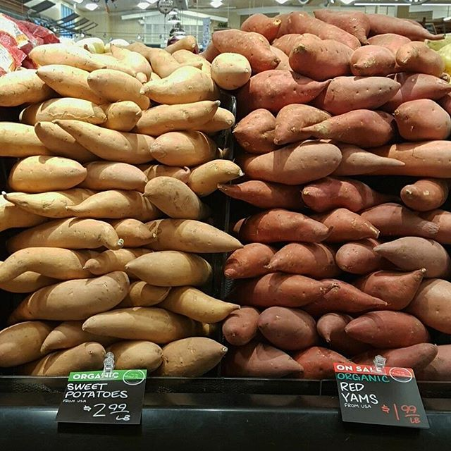 🍠 SWEET POTATOES VS. YAMS | Technically, the #yams pictured above are sweet potatoes. Real yams aren't very common in the US. The orange sweet potato was given the name yam by #farmers in #Louisiana to distinguish them from the white sweet potatoes grown in the north. When choosing between the two in stores, use this simple rule of thumb 👍 SWEET POTATOES are firm with light skin & golden flesh. YAMS are softer with copper skin & deep orange flesh. 🛍️BUY: Look for ones that are firm without any bruises or cracks. Avoid any that are sprouting or wrinkled! 🏡STORE: Don't refrigerate! Store them in a cool, dark place for up to 2 weeks. 🍴EAT: We love baked sweet potatoes finished with a little butter. Orange yams are the best in #pies, mixed with brown sugar, eggs and cream. × Display spotted at @bristolfarms & some info from @thekitchn #produce #producedepartment #sweetpotato #sweetpotatoes #yam #vegan #vegetarian #recipe #cooking #healthy #foodphoto #foodphotography #wholefoods #vegetable #vegetables #winter #fall #food #foodie #foodstagram #bristolfarms #holidays #hawaii #luckywelivehawaii #pie