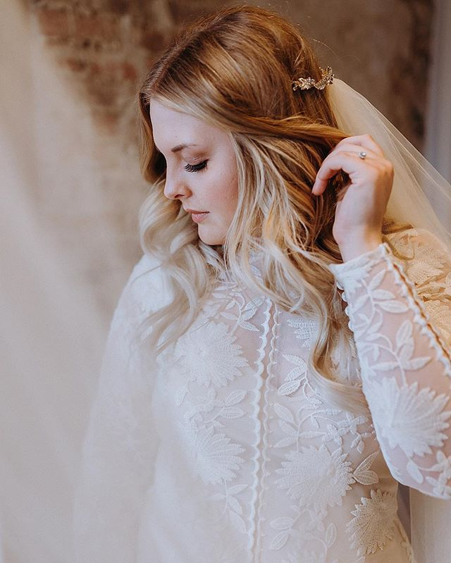 I have been waiting for over a month (basically a lifetime, am I right!?) to share my favorite photo from Alyssa's bridal session!! As of yesterday she is a married lady & I can share away! 🤗 Yesterday was a dream! I cried the most I've cried at a wedding, since mine. Can you guess how many times? FIVE. FIVE TIMES! So with a double wedding weekend, I cried a total of 7 times this weekend, who am I!?? 😱 I am just so in love with my job, & I cannot get enough of my clients 😍😭♥️