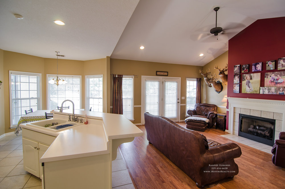 3riversrealty_bainbridge-georgia-home-for-sale_3-bed-2-bath_fireplace_three-rivers-realty_TaurusUSA_pool_back-porch_kitchen.jpg