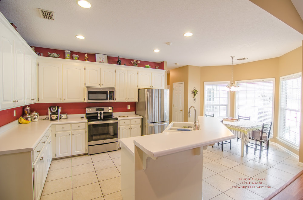 3riversrealty_bainbridge-georgia-home-for-sale_3-bed-2-bath_fireplace_three-rivers-realty_TaurusUSA_pool_back-porch_kitchen2.jpg