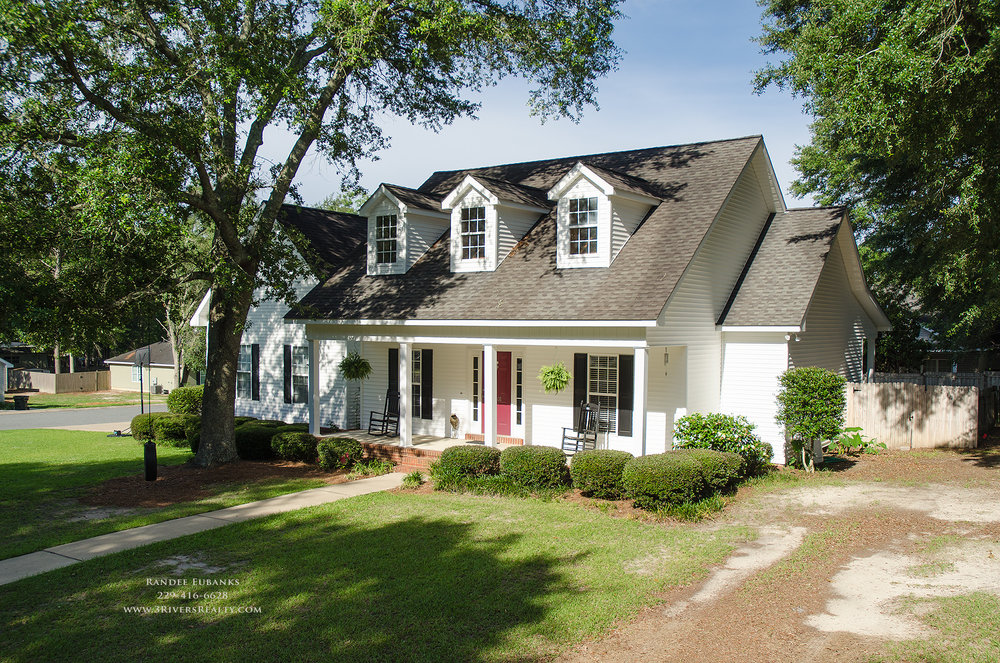 3riversrealty_bainbridge-georgia-home-for-sale_3-bed-2-bath_fireplace_three-rivers-realty_TaurusUSA_pool_back-porch_streetview2.jpg