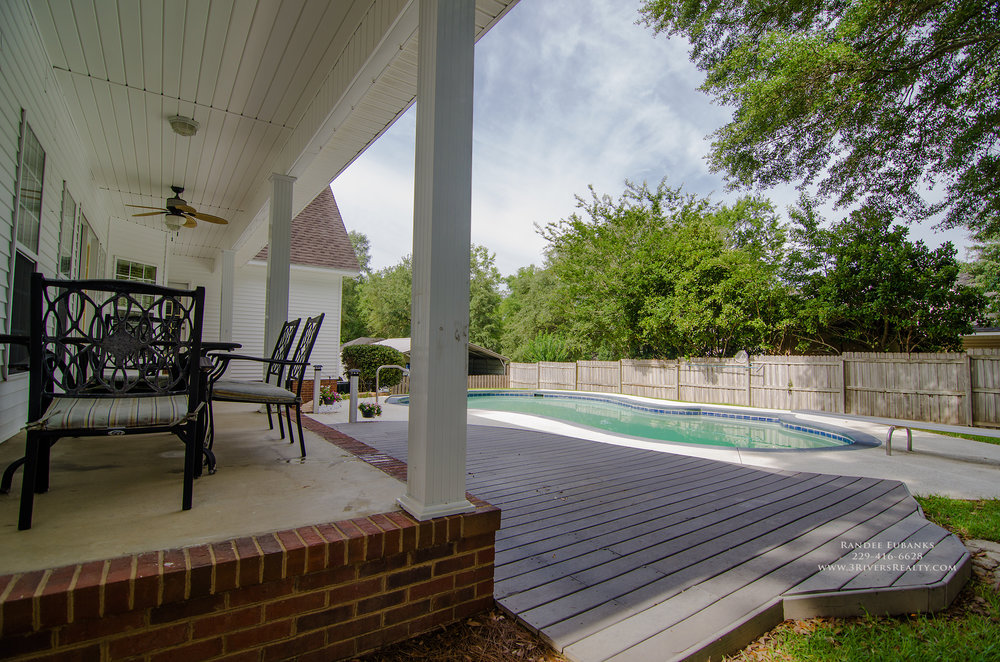 3riversrealty_bainbridge-georgia-home-for-sale_3-bed-2-bath_fireplace_three-rivers-realty_TaurusUSA_pool_back-porch_back-deck2.jpg