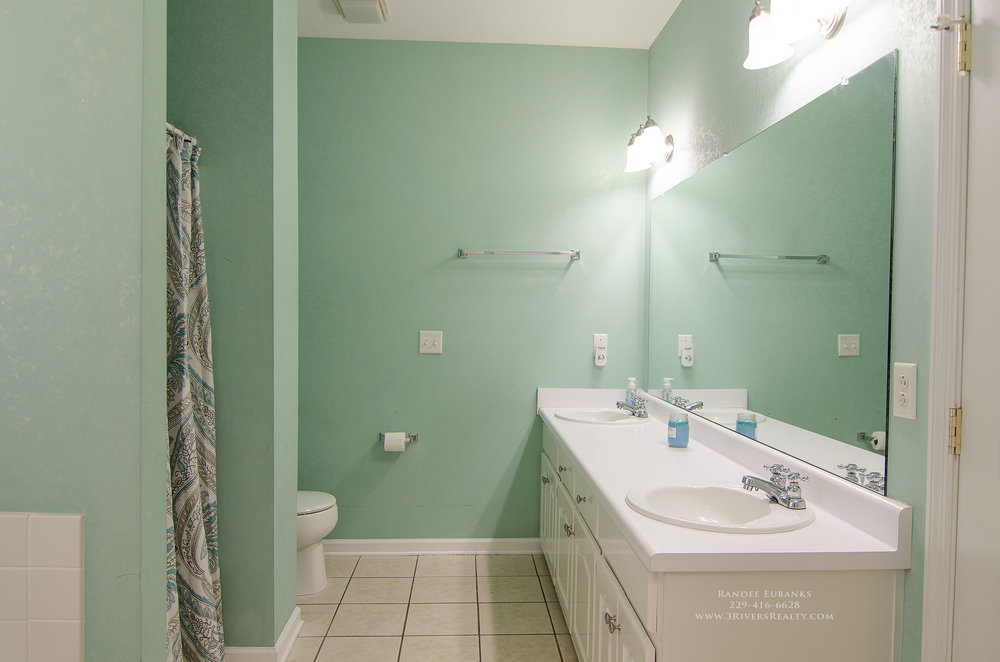 3riversrealty_bainbridge-georgia-home-for-sale_3-bed-2-bath_fireplace_three-rivers-realty_TaurusUSA_pool_back-porch_master-bath2.jpg