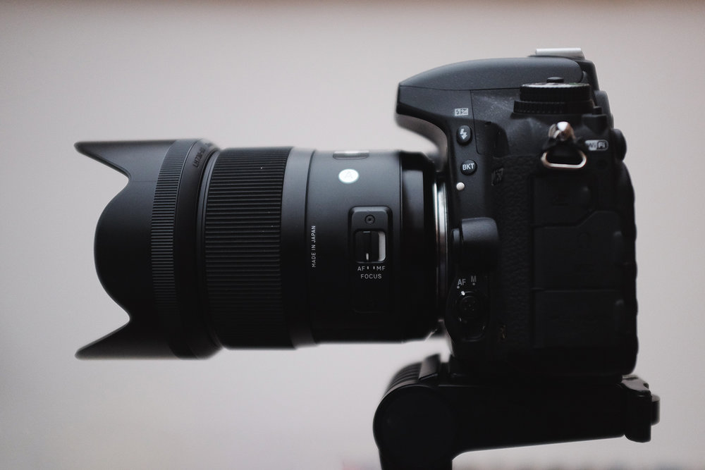 Mi cámara réflex, fotografiada con mi cámara compacta.