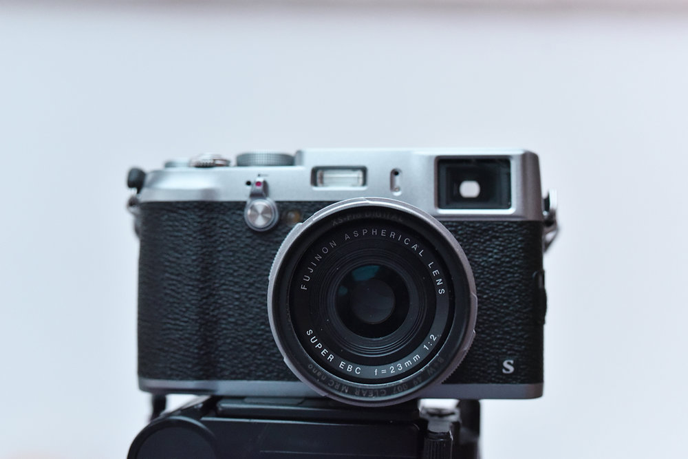 Mi cámara compacta, fotografiada con mi cámara réflex (¿a que es bonita?)