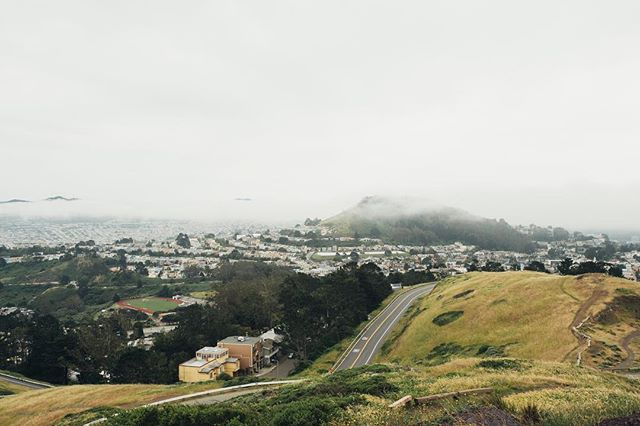 San Francisco is absolutely magical when the fog rolls over. . . . . . . . #main_vision #artofvisuals #watchthisinstagood #landscape_captures #awesome_earthpix #welivetoexplore #EarthVisuals #fantastic_earth #unlimitedplanet #planetdiscovery #california #streetsofsf #igerssf #onlyinsf #visitcalifornia #copperfieldimages #sonyimages #sonyalpha #californiadreamin #sanfransisco