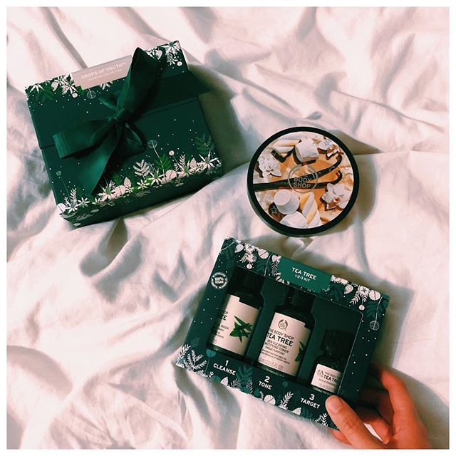 These are a few of my favourite things 🎶 PS. If you're looking for some last minute gifts, these are the BEST! The tea tree set has done WONDERS for my skin. #advertisement @thebodyshop #thebodyshopca #thebodyshopscarborough
